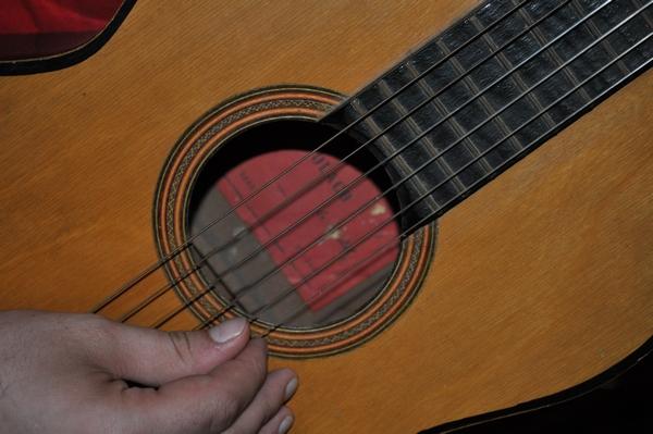 interior, guitarra, musica, cuerdas, melodias, mano, de cerca, primer plano, fotografia, horizontal, una persona, hombre, 25-29 años, madera, criolla,ABRIL2013