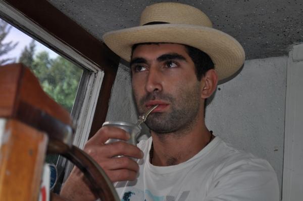 exterior, de dia, hombre, 25 - 29 años, parte del cuerpo, mate, tradicion, sombrero, manejando, movimiento, fotografia, horizontal, imagen a color, simple, actividad de ocio,ABRIL2013