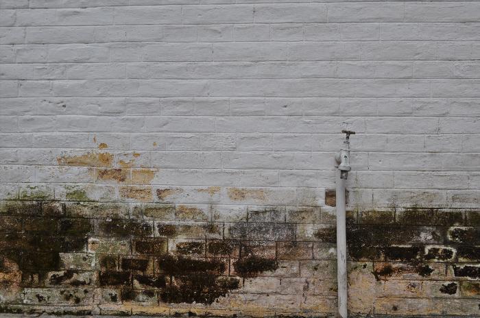 exterior, de dia, pared, muro, moho, humedad, canilla, espacio en blanco, vista de frente, imagen a color, fotografia, horizontal, nadie, simple, actividad de ocio, despintado,ABRIL2013