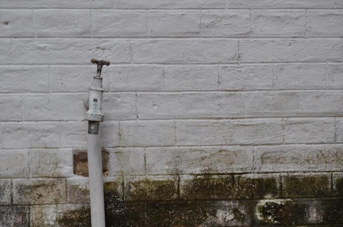 exterior, de dia, pared, muro, moho, humedad, canilla, espacio en blanco, vista de frente, imagen a color, fotografia, horizontal, nadie, simple, actividad de ocio, despintado, primer plano,ABRIL2013