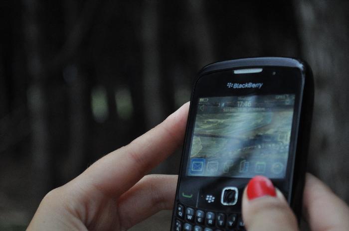 exterior, naturaleza, telefono, comunicacion, tecnologia, enfoque preferencial, de cerca, imagen a color, fotografia, horizontal, simple, actividad de ocio, vista lateral, mano, parte del cuerpo,ABRIL2013