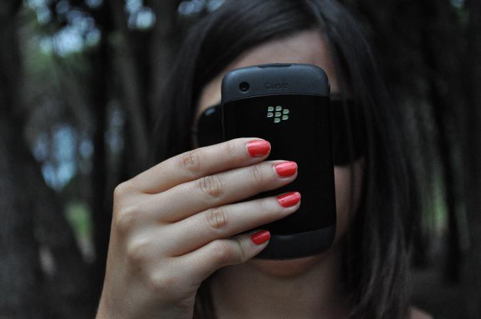 exterior, naturaleza, telefono, comunicacion, tecnologia, de cerca, imagen a color, fotografia, horizontal, simple, actividad de ocio, vista de frente, manos, parte del cuerpo,ABRIL2013