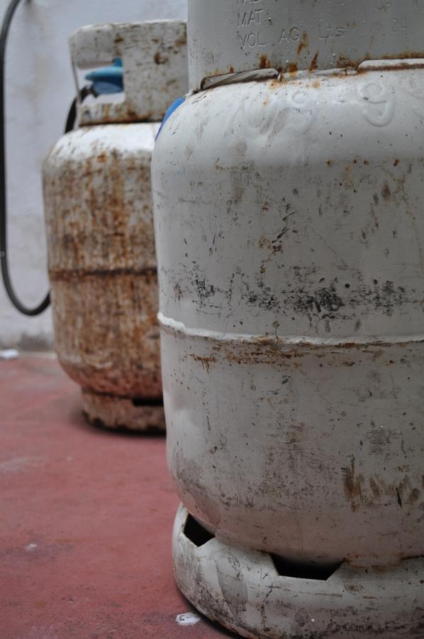 garrafa,gas,combustible,envasado,metal,oxido,oxidado,,P12062014
